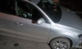 В центре Екатеринбурга автомобиль Audi попал в яму