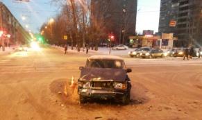 """В ДТП между """"ВАЗ-2107"""" и """"Hyundai"""" пострадали два человека"""