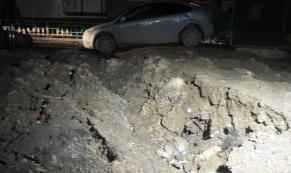"""Дорожный """"плен"""": в Екатеринбурге Ford Focus угодил в яму"""