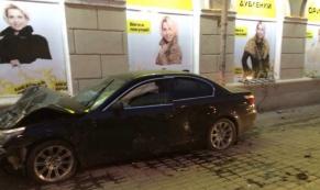 """На Свердлова столкнулись """"Ниссан"""" и """"БМВ"""": пострадали 4 человека"""
