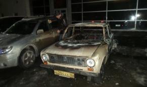"На парковке ТЦ ""Буревестник"" сгорел ""ВАЗ-2101"""
