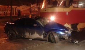 В Екатеринбурге трамвай около 15 метров тащил иномарку по путям