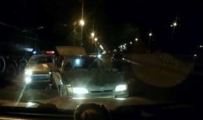 """В Екатеринбурге водитель """"Лады"""" въехал задом в преследовавший его автомобиль полиции"""