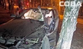 """23-летний водитель """"Туарега"""" влетел в дерево в центре Екатеринбурга"""