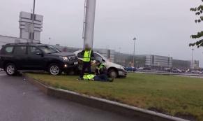 """У аэропорта """"Кольцово"""" сбили сотрудника полиции, проверявшего документы"""