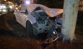 На Малышева 21-летний водитель иномарки вылетел на газон и врезался в столб