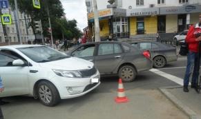 """На ул.Куйбышева автомобиль """"Киа"""" отбросило на двух пешеходов"""