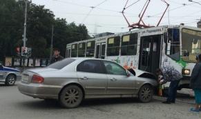 В результате ДТП с участием трамвая образовалась пробка