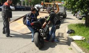 В аварии между мотоциклом и автомобилем пострадал байкер