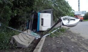 На Егоршинском подходе из-за неисправности рулевого управления перевернулся грузовик