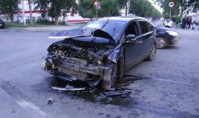 """Три человека пострадали в ДТП между автомобилями """"Форд"""" и """"Фольксваген"""""""