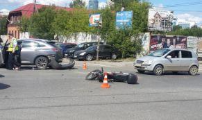 "56-летняя женщина на ""Лексусе"" сбила мотоциклиста"