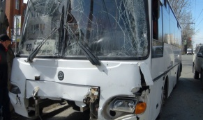 """В ДТП между """"Газелью"""" и рейсовым автобусом пострадали три человека"""