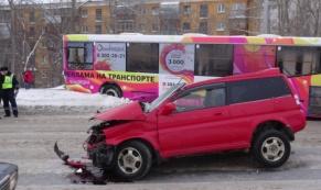 """Опасная колея: женщина на """"Хонде"""" улетела под автобус"""