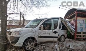 "На Щербакова ""Фиат"" врезался в остановку после столкновения с ""БМВ"""