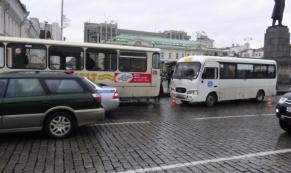 В результате столкновения двух автобусов пострадал один человек