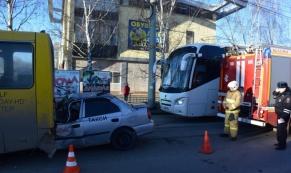 В Екатеринбурге погиб таксист, влетевший в автобус