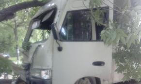 В Екатеринбурге маршрутка с пассажирами въехала в дерево
