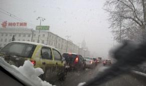 Снег в апреле: ГИБДД просит автолюбителей быть более бдительными