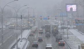 Снежный Екатеринбург: ГИБДД призывает водителей быть осторожными