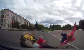 В Лесном 20-летний водитель сбил отца с тремя детьми